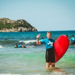 Ein Surfschueler im Surfcamp des Jugendwerks der AWO Württemberg