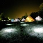Die Zelte des Surfcamps Comillas bei Nacht